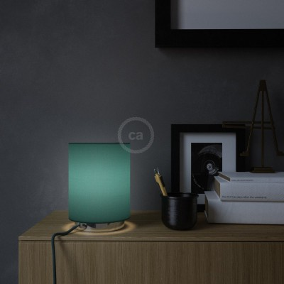 Posaluce de metal con pantalla de cilindro azul petroleo, completa con cable textil, interruptor y enchufe inglesa